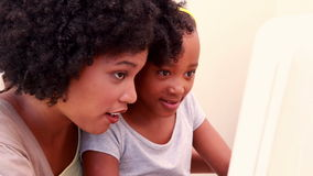 Kind mit ihrer Mutter im Computer stock video