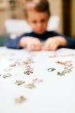 Kind mit 2-Jährigen, das Puzzlen löst Stockfotos