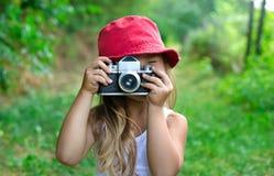 Kind mit Kamera Fotografieren des kleinen Mädchens schöner kleiner g stockbild