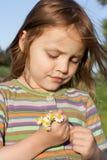 Kind mit Kamille Stockfotografie