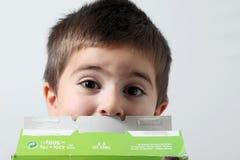 Kind mit Kartonkasten Lizenzfreies Stockfoto