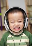 Kind mit Kopfhörer Stockfoto