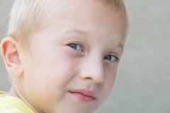 Kind mit Krumen auf Gesicht Stockfoto