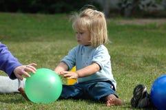 Kind mit Kugel Stockfoto