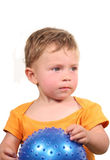 Kind mit Kugel Lizenzfreie Stockbilder