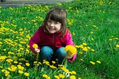 Kind mit Löwenzahn lizenzfreie stockfotografie