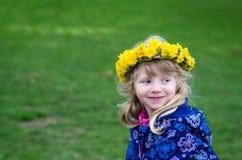 Kind mit Löwenzahnkette Lizenzfreie Stockbilder