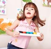 Kind mit Lack in der Kunstkategorie. Stockfotografie