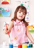 Kind mit Lack in der Kunstkategorie. Lizenzfreie Stockfotografie