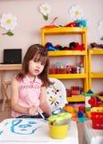 Kind mit Lack in der Kunstkategorie. Lizenzfreies Stockfoto