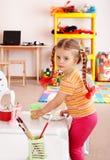 Kind mit Lack und Pinsel im Spielzimmer. Lizenzfreie Stockbilder