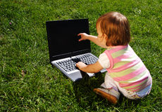 Kind mit Laptop Lizenzfreie Stockfotos