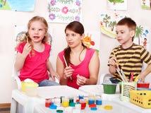 Kind mit Lehrerbetraglacken im Spielraum. Stockbild