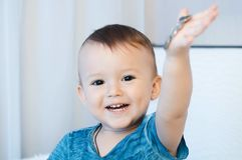 Kind mit Münzen Stockfoto