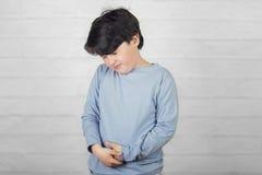 Kind mit Magenschmerzen stockbilder