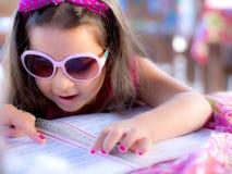Kind mit Menü lizenzfreies stockfoto
