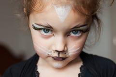 Kind mit Miezekatzekatze bilden Stockfoto