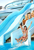 Kind mit Mutter auf Wasserrutschen am aquapark. Stockfotografie
