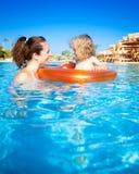 Kind mit Mutter im Swimmingpool