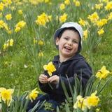 Kind mit Narzissen stockfotografie