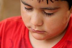Kind mit nassem Gesicht lizenzfreie stockfotografie