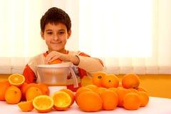 Kind mit Orangen Lizenzfreie Stockfotografie