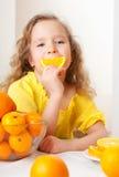 Kind mit Orangen Lizenzfreie Stockbilder