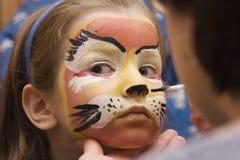 Kind mit Party farbigem Gesicht Lizenzfreies Stockbild
