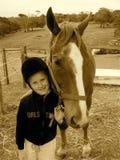 Kind mit Pferdenhaustier Stockfoto