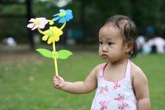 Kind mit Pinwheel Lizenzfreie Stockfotos