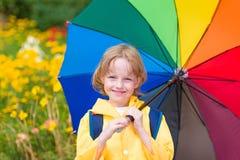 Kind mit Regenschirm Lizenzfreie Stockfotos