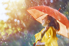 Kind mit rotem Regenschirm Stockbilder