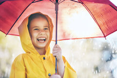 Kind mit rotem Regenschirm Lizenzfreies Stockfoto