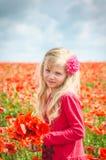 Kind mit roten Blumen Lizenzfreie Stockfotos
