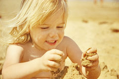 Kind mit Sand lizenzfreies stockfoto