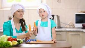 Kind mit sauberen Karotten der Mama stock video