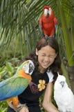 Kind mit schönen Papageien Stockbild