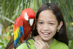 Kind mit schönen Papageien Stockfotografie