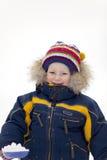 Kind mit Schaufelblick auf Sie im Winterhintergrund Stockfotografie