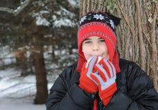 Kind mit Schneeball Stockfoto