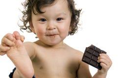 Kind mit Schokolade. stockfotografie