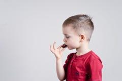 Kind mit Schokolade Stockfotos