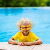 Kind mit Schutzbrillen im Swimmingpool Kinderschwimmen Stockfotografie