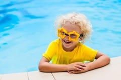 Kind mit Schutzbrillen im Swimmingpool Kinderschwimmen Lizenzfreie Stockfotografie