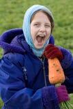 Kind mit sehr großer Karotte. Stockbilder