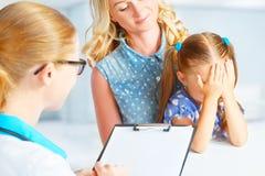 Kind mit seinem Mutter ängstlich vom Besuch zu behandeln stockfoto
