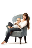 Kind mit seiner Mutter Mutter mit Baby in ihren Armen Familienumarmung Baby Lizenzfreie Stockbilder