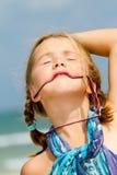 Kind mit Sonnenbrillen am Strand Stockfoto