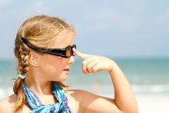 Kind mit Sonnenbrillen am Strand Stockbild