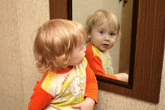 Kind mit Spiegel Stockbild